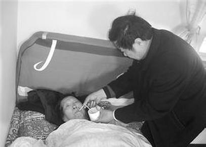 女婿7年如一日照顾患病丈母娘