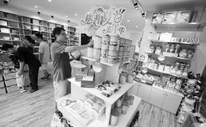 市民在慈善商店里选购商品。记者 崔引 摄