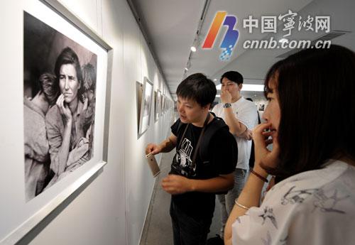 观众正在观赏多萝西娅·兰格创作的作品《移民母亲》。记者 严龙 摄