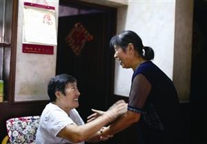 王阿姨握住胡阿姨(右)的手,满是感激
