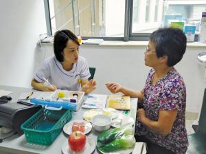 护士坐诊进行健康指导。