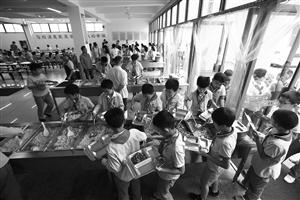 新城第一实验学校,高年级学生在自己打饭菜