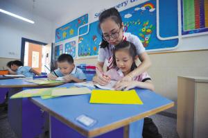 课堂上,高佳柳教学生写字。
