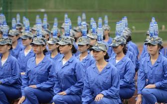 高校女学生军训头顶水瓶走正步