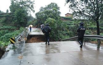 台风袭击丽水公路塌方居民楼被冲毁