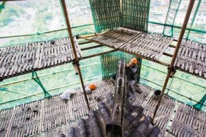 章仁胡在天封塔做修缮工作。 记者 刘波 摄