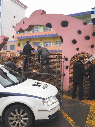 幼儿园大门前被搭起了一堵高高的砖墙,还贴上了法院的封条。