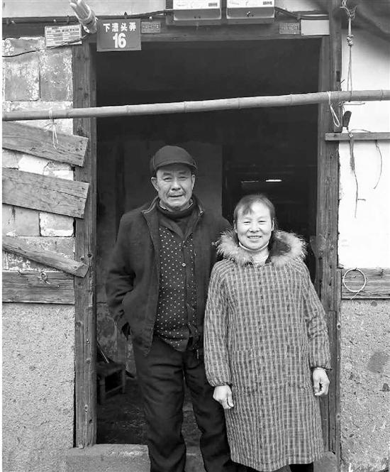 老向和他的妻子在家门口。