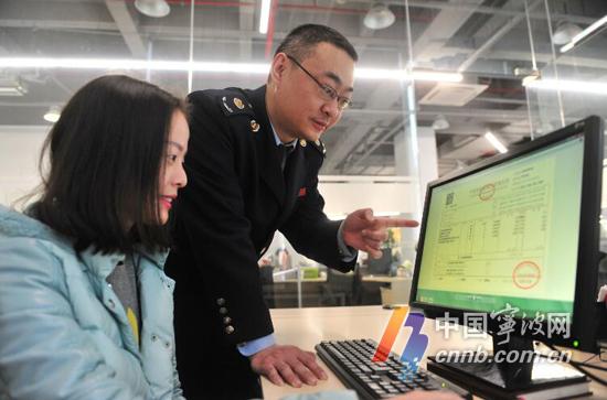 昨天上午,三江购物俱乐部有限公司员工通过新平台开票。(董娜 陈光辉 摄)
