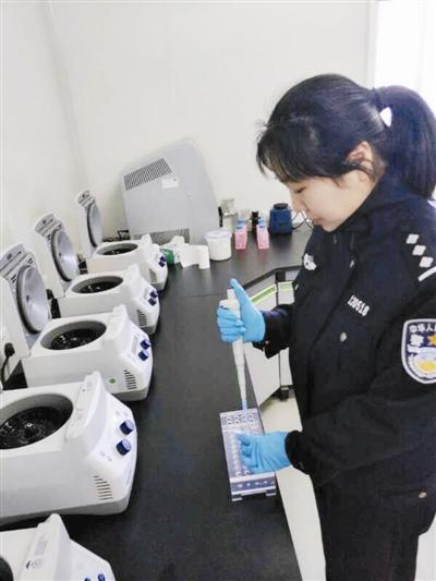 女法医高丽伟正在做DNA鉴定。通讯员供图