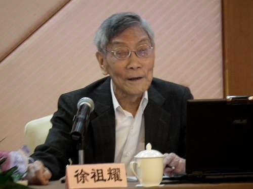 """(资料图:2010年6月,徐祖耀在""""天一论坛""""作学术报告)"""