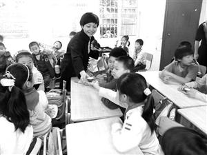 """鄞州区潜龙社区在社区四点钟学校举行""""茶道与孝道""""活动 资料图片"""