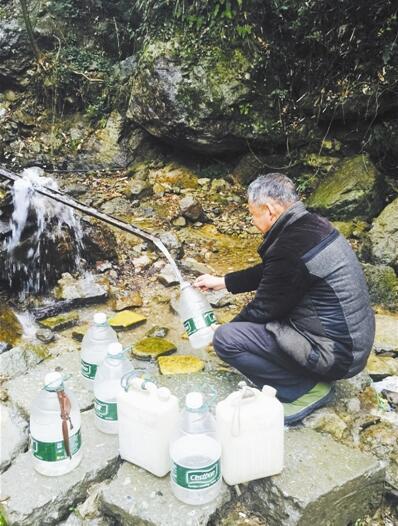 村民到5公里外的山泉处接水。