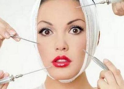 女子打玻尿酸后脸凹凸不平