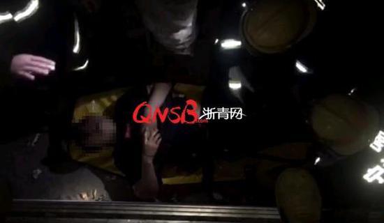 男子KTV纵酒飙歌后坐电梯 3楼踩空摔了下去
