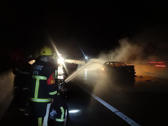 四车追尾一车起火,烧得只剩铁架子