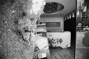 江北日湖婚庆广场,记者来到这家美容店,跟邱女士描述的一样,玻璃门被砸碎了,地上都是玻璃碎渣