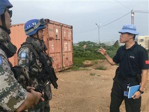 沈盛彪(右)与中国维和部队协调难民营搜查行动(图片均由沈盛彪本人提供)