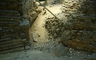 又现撒币 雷峰塔遗址被游客扔成钱山