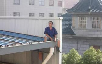 宁波1男子为讨赔偿金爬上15米高台