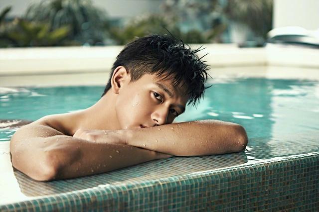 """""""河神""""李现拍摄泳池大片 腹肌超养眼"""