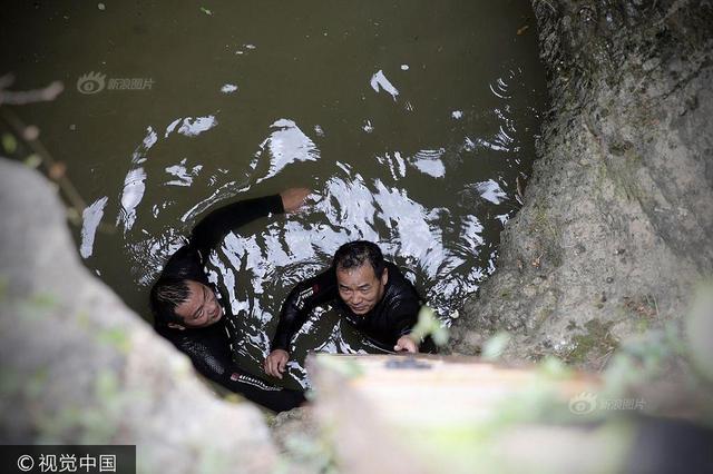 潜水员下井打捞100多名壮烈牺牲红军