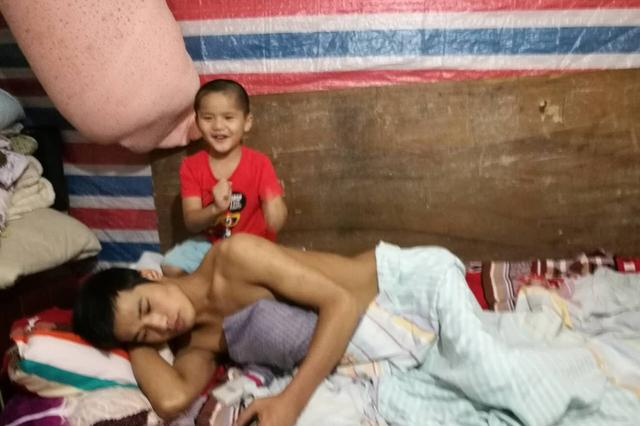 宁波五岁男孩照顾瘫痪父亲让人泪崩