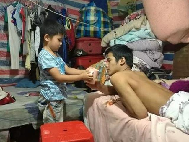宁波五岁男孩照顾瘫痪父亲