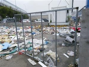 位于潘火高架下的一个仓库垃圾堆放点