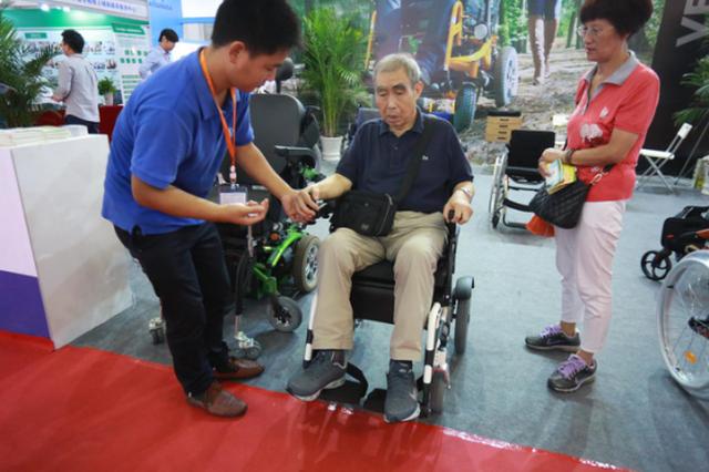宁波健博会举行 智慧健康养老产品受老年群体追捧