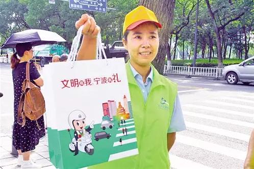志愿者宣讲《宁波市文明行为促进条例》