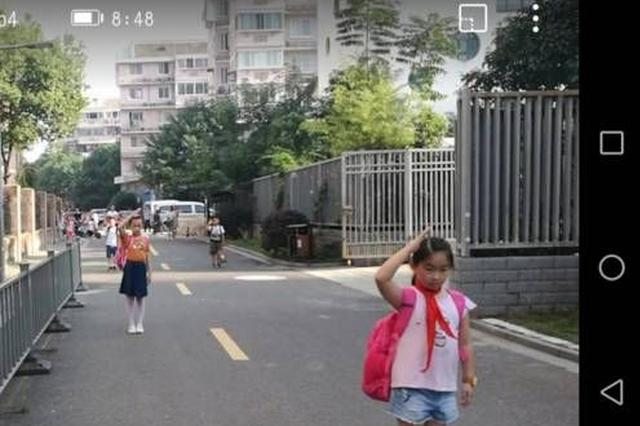 宁波一张小学照片火了 国歌一响全体孩子止步敬礼