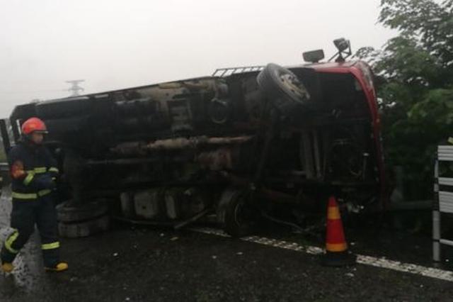 甬高速上发生一起交通事故 两人被救出送往医院