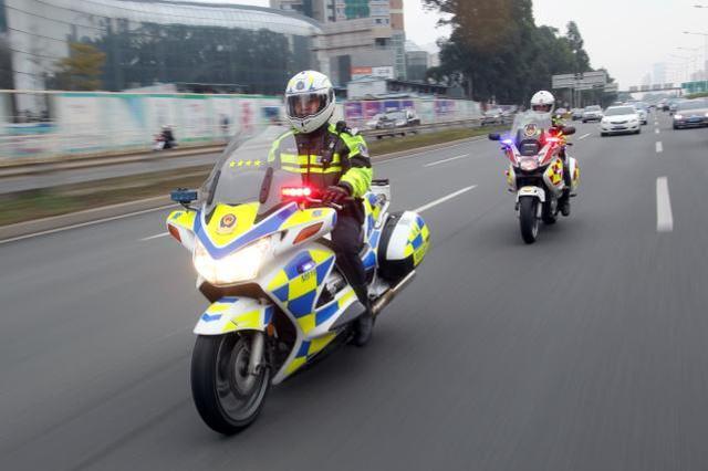 处置快撤快处事故 余姚街头活跃着一支铁骑机动队