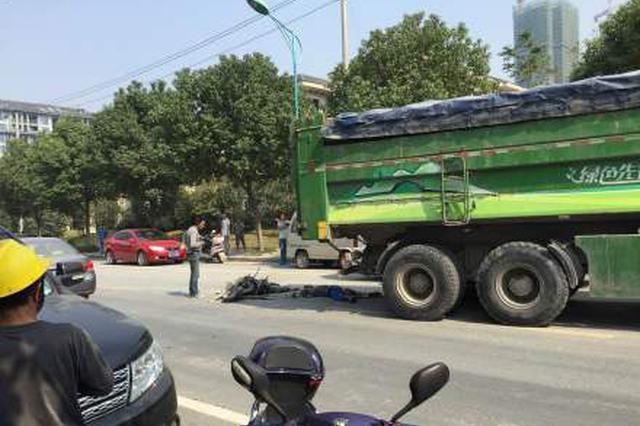 鄞州一电动车半夜撞大货车 受伤驾驶员悄悄跑了