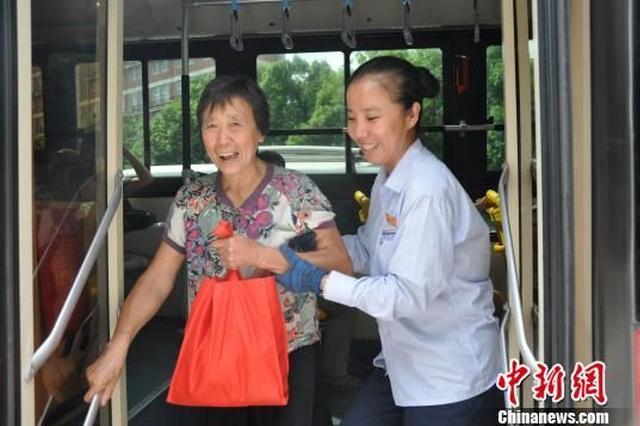 宁波爱心公交司机受好评 车厢内外递温暖