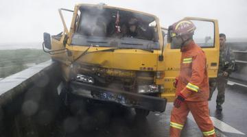 宁波1高速出事故消防成功救援