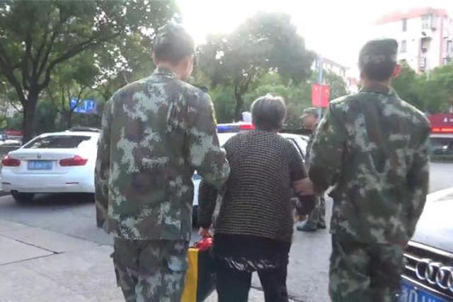 浙江宁波一名7旬老人归途迷失 消防民警协力护送回家