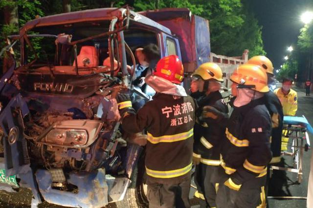 江北一醉气熏天的小货车司机 开车撞向一辆工程车