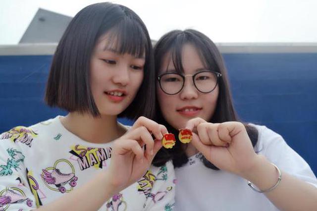 五四青年节来临 宁波学生与团徽合个影
