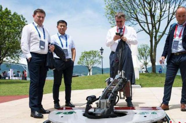 智能机器人集结浙江余姚 撒娇卖萌上天入海