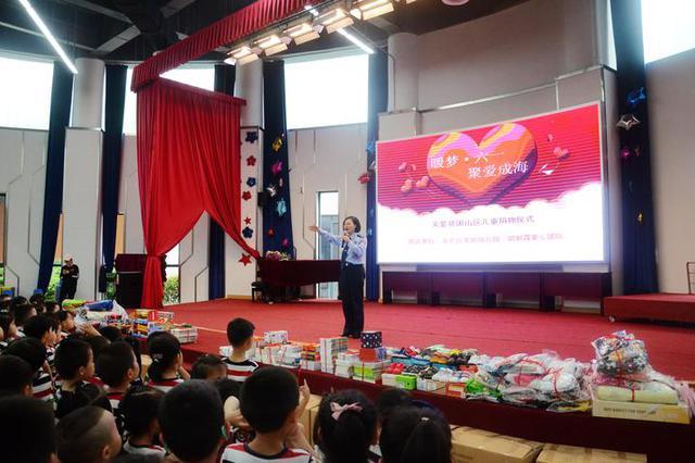 六一节前夕的宁波北仑 朝霞妈妈带数千件礼物进校园