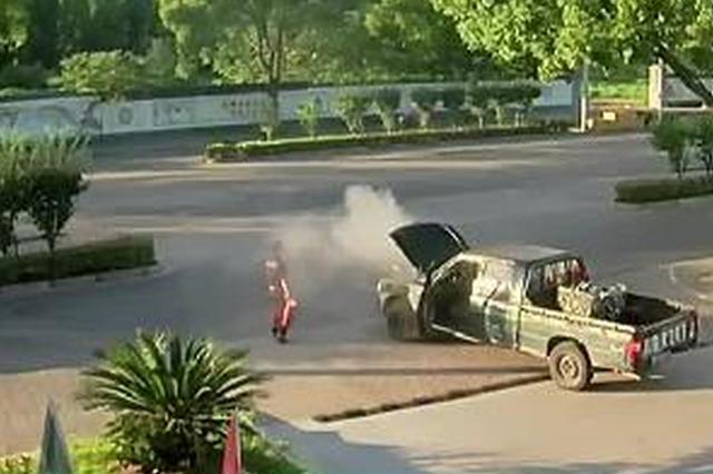 浙江宁波:加油站内汽车自燃 工作人员及时救助