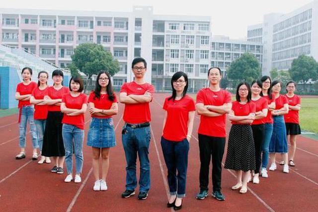 千禧宝宝高考首日 宁波一考点老师家长尽穿红