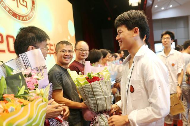 考完不撕书 宁波学生毕业典礼上的举动感动许多人