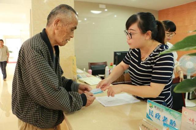 老人出行专属 鄞州一社区为老人发放暖芯卡