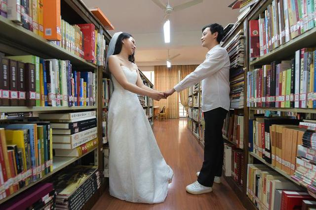 宁波一对毕业生回母校拍婚纱照 羡煞学弟学妹