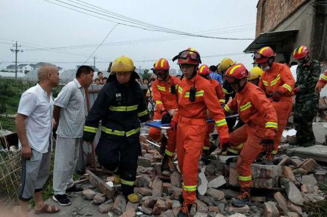 台州椒江1房屋坍塌一对夫妻被埋 消防徒手刨土救援