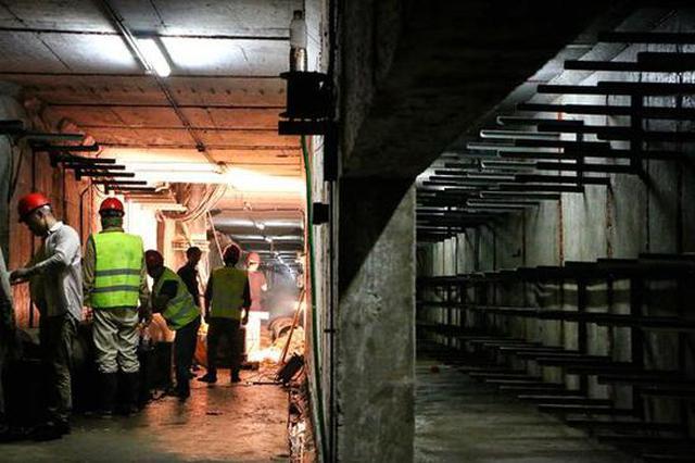 东部新城共同沟内有群人 为轨交持续工作34个小时