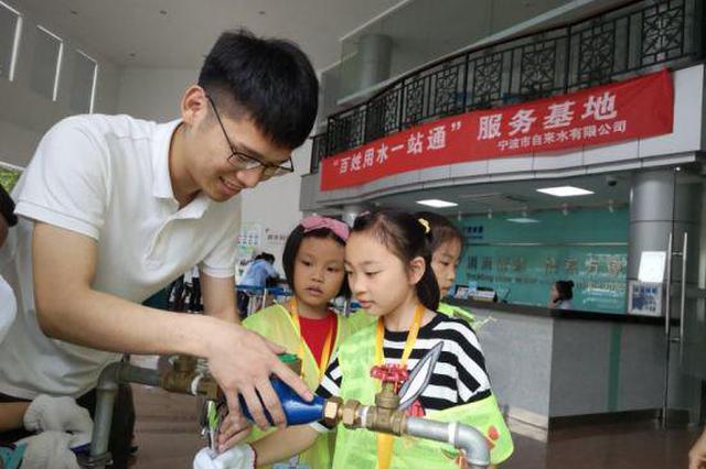 暑假遇上高温 浙江宁波城管小义工呼吁节约用水